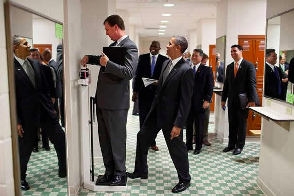 obama-weighing-funny